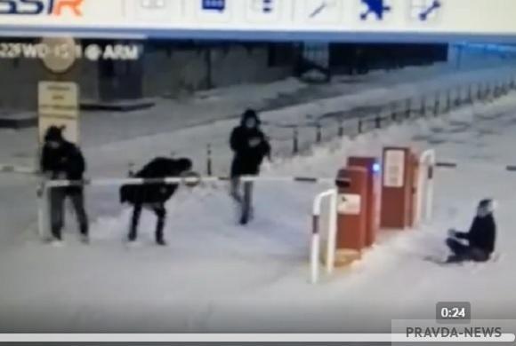 Подростки сломали шлагбаум на парковке в центре Пензы